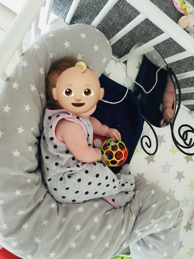Baby schaut sich im Spiegel an