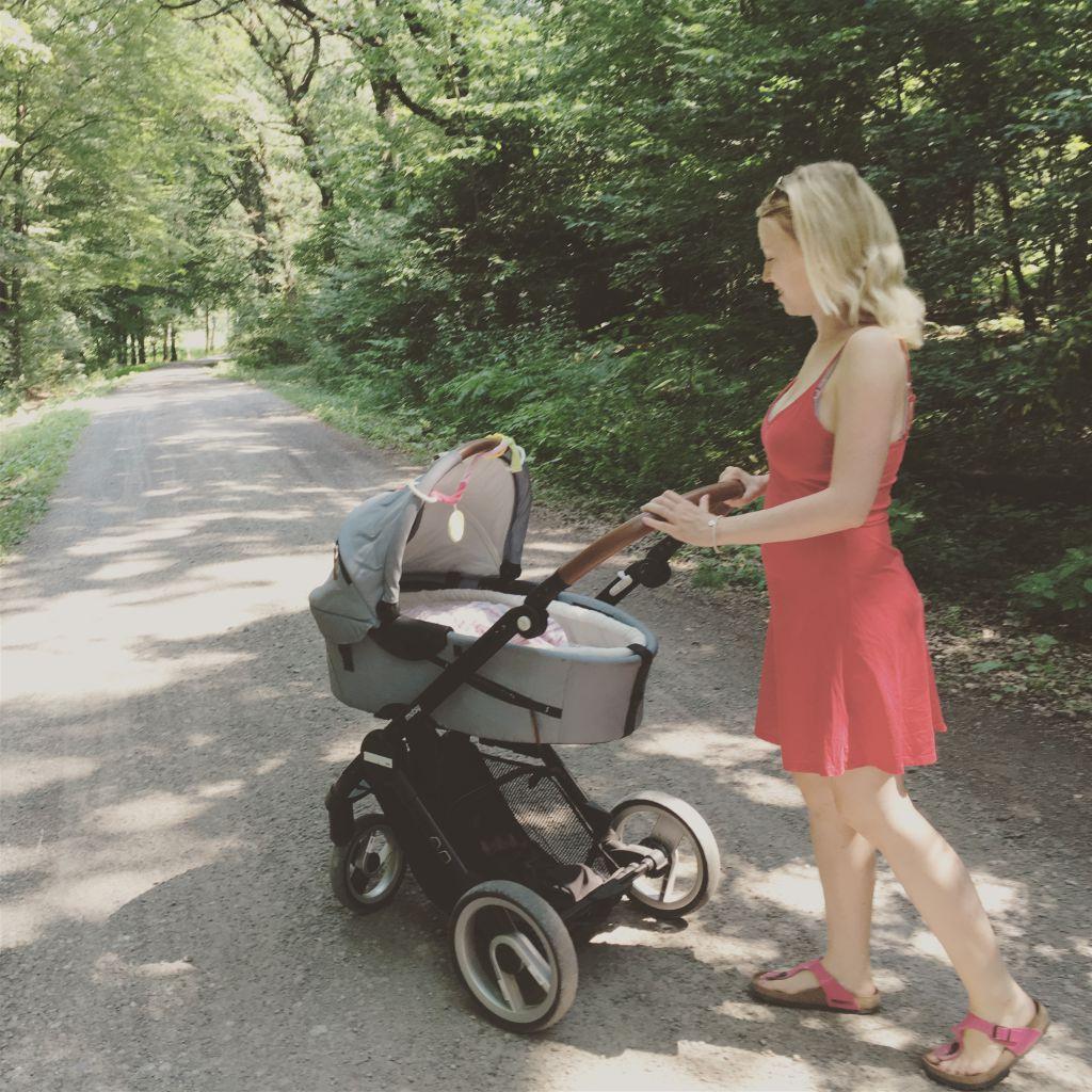 baby mit dem Kinderwagen spazieren fahren