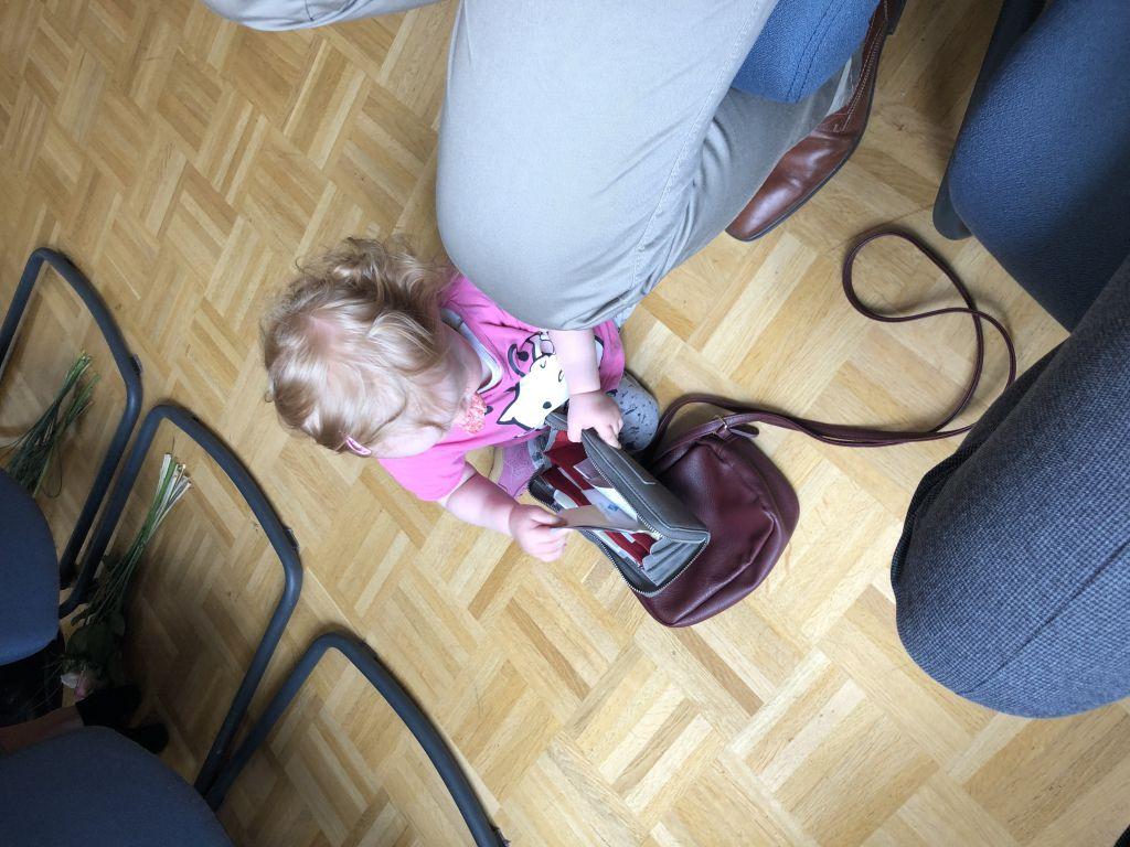 Geldbörse ausräumen Baby Spielzeug